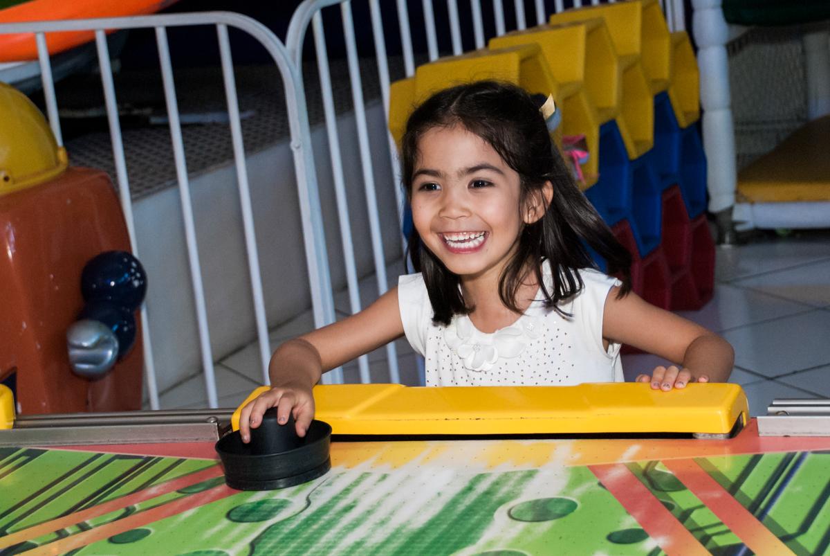 jogo de futebol de mesa no Buffet Fábrica da Alegria, Morumbi, São Paulo, aniversário de Isabela 6 anos, tema da festa Elena de Avalor