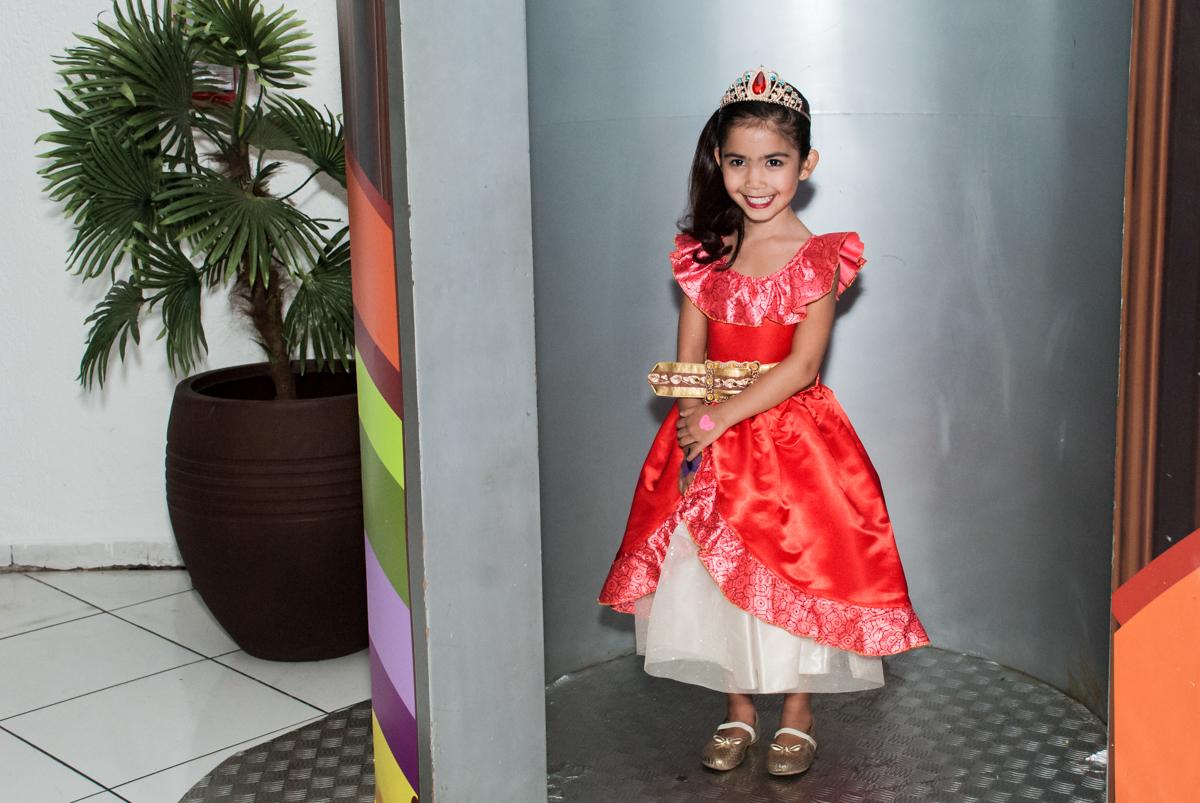 saindo da máquina do parabéns no Buffet Fábrica da Alegria, Morumbi, São Paulo, aniversário de Isabela 6 anos, tema da festa Elena de Avalor