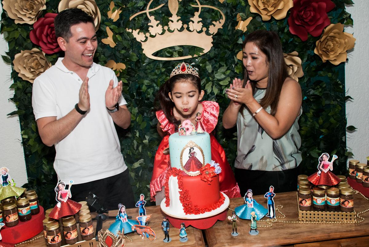 soprando a vela do bolo no Buffet Fábrica da Alegria, Morumbi, São Paulo, aniversário de Isabela 6 anos, tema da festa Elena de Avalor