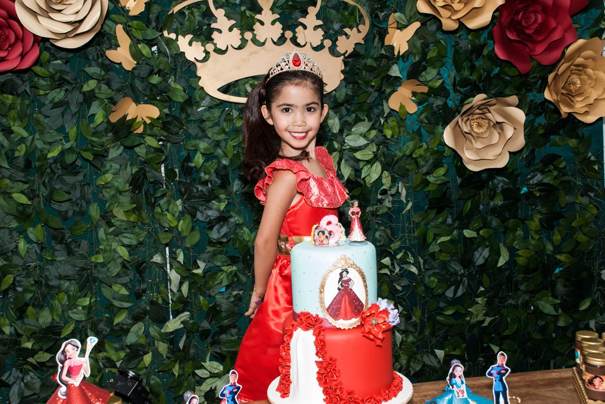 pose de princesa para a foto no Buffet Fábrica da Alegria, Morumbi, São Paulo, aniversário de Isabela 6 anos, tema da festa Elena de Avalor