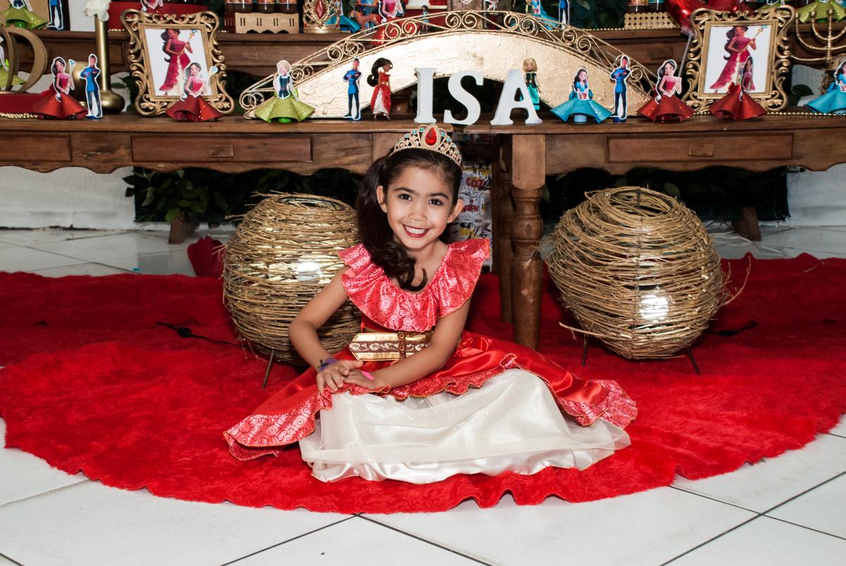 posando para a foto com a fantasia no Buffet Fábrica da Alegria, Morumbi, São Paulo, aniversário de Isabela 6 anos, tema da festa Elena de Avalor