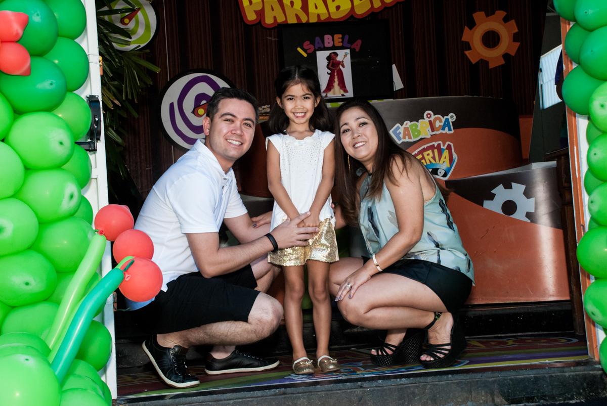 fotografia da família no Buffet Fábrica da Alegria, Morumbi, São Paulo, aniversário de Isabela 6 anos, tema da festa Elena de Avalor