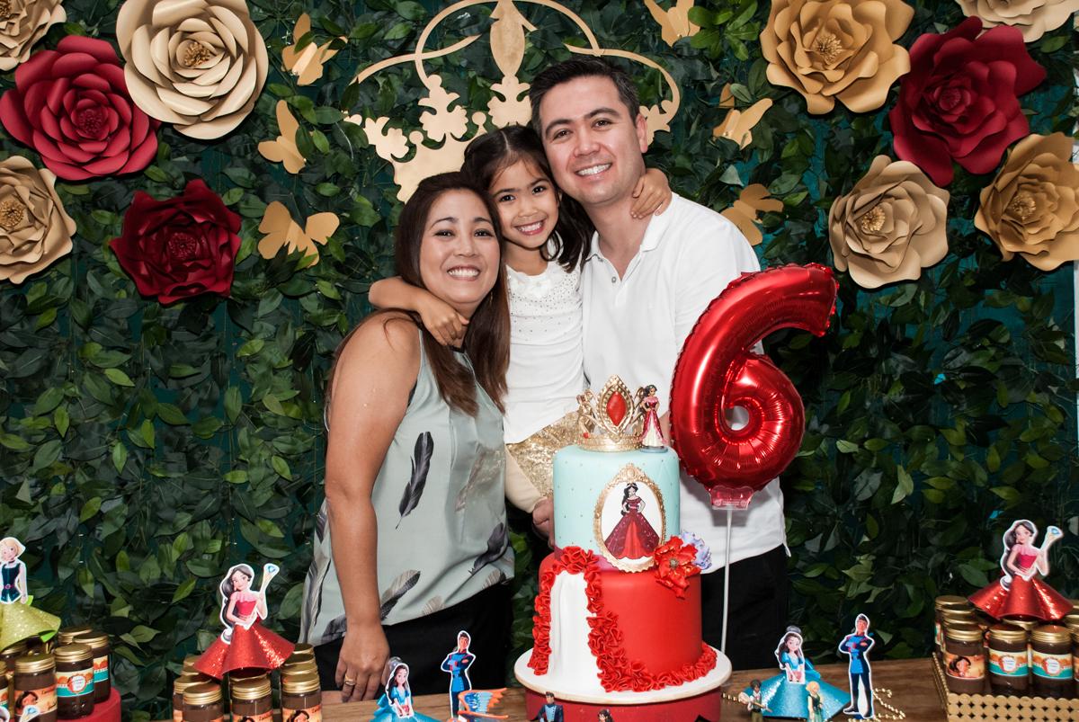 família posa para a foto no Buffet Fábrica da Alegria, Morumbi, São Paulo, aniversário de Isabela 6 anos, tema da festa Elena de Avalor