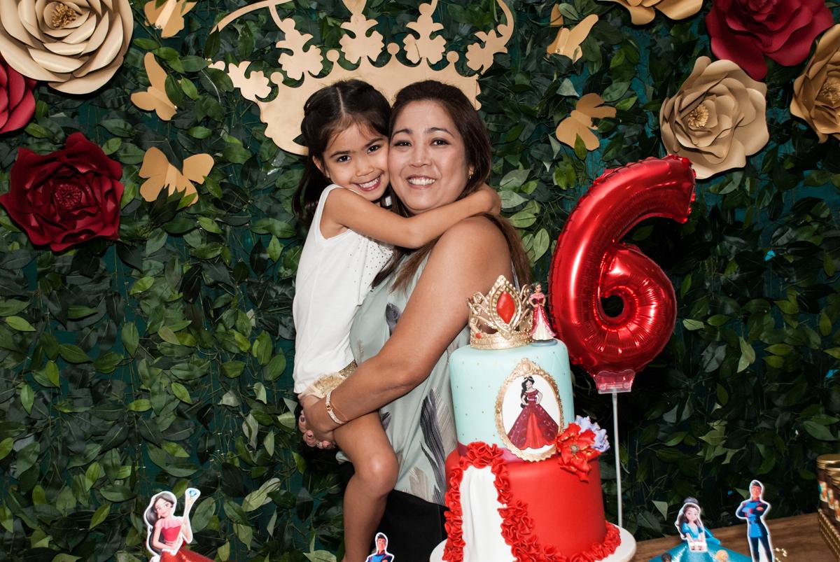 foto mãe e filha no Buffet Fábrica da Alegria, Morumbi, São Paulo, aniversário de Isabela 6 anos, tema da festa Elena de Avalor
