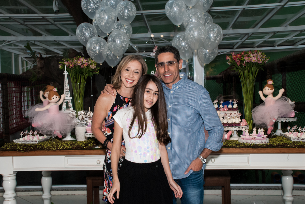 fotografia com da irmã com os pais no Buffet Espaço Viva, Alto de Pinheiros, São Paulo, aniversário de Marina6 anos, tema da festa Bailarina