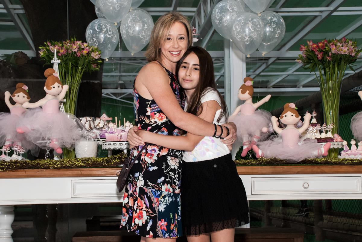 foto da irmã com a mãe no Buffet Espaço Viva, Alto de Pinheiros, São Paulo, aniversário de Marina6 anos, tema da festa Bailarina