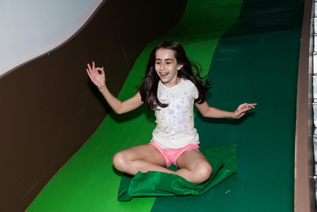 escorregador em pose de yoga no Buffet Espaço Viva, Alto de Pinheiros, São Paulo, aniversário de Marina6 anos, tema da festa Bailarina