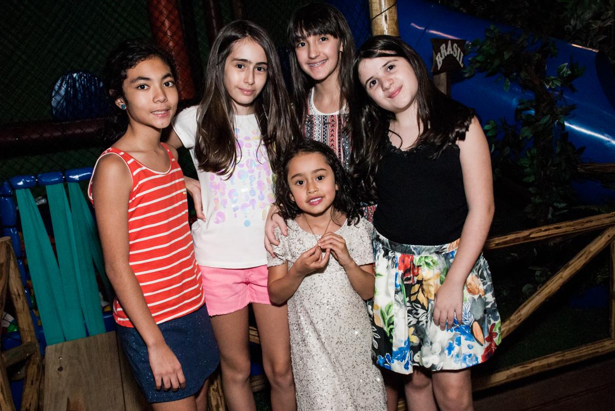 amigas posam para a foto no Buffet Espaço Viva, Alto de Pinheiros, São Paulo, aniversário de Marina6 anos, tema da festa Bailarina