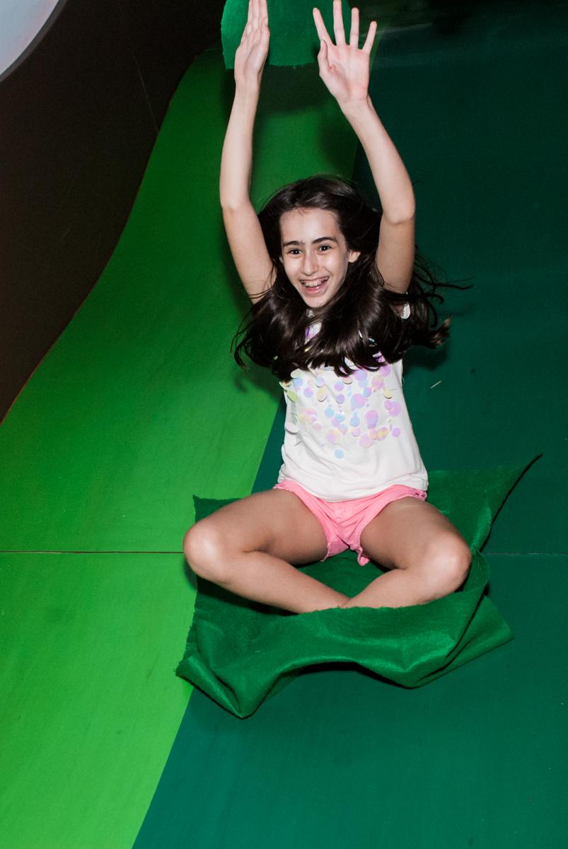 escorregando fazendo pose no Buffet Espaço Viva, Alto de Pinheiros, São Paulo, aniversário de Marina6 anos, tema da festa Bailarina