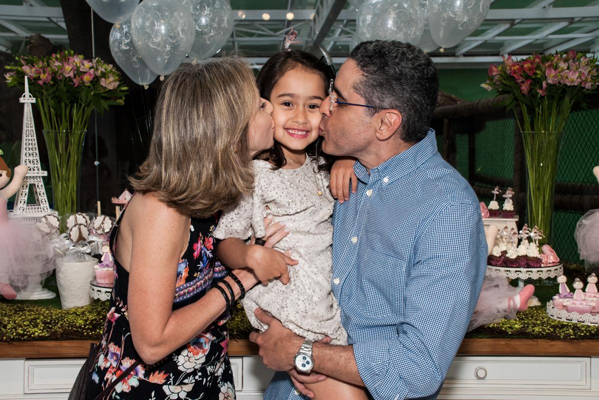 beijo sanduiche no Buffet Espaço Viva, Alto de Pinheiros, São Paulo, aniversário de Marina6 anos, tema da festa Bailarina