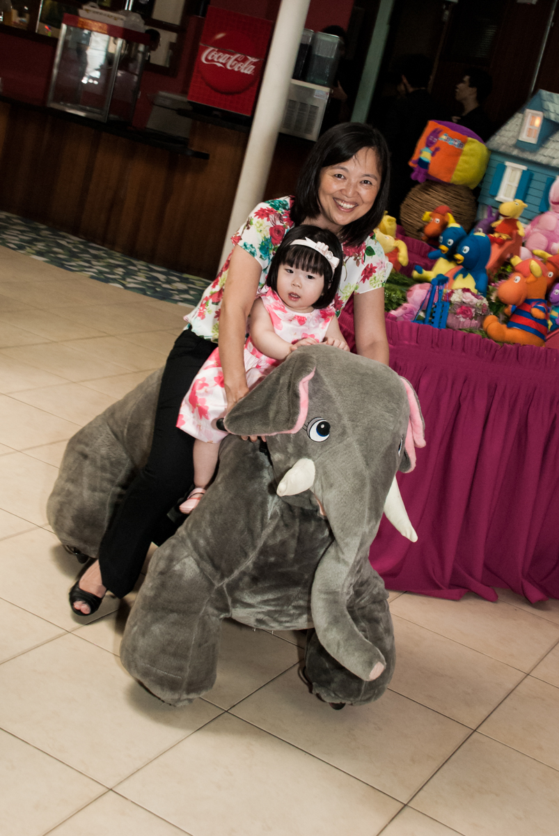 passeando no elefante no fotografia da família na mesa temática no Buffet Viva Vida, Butantã, São Paulo, aniversário de Julia Yumi, tema da festa Backardigans