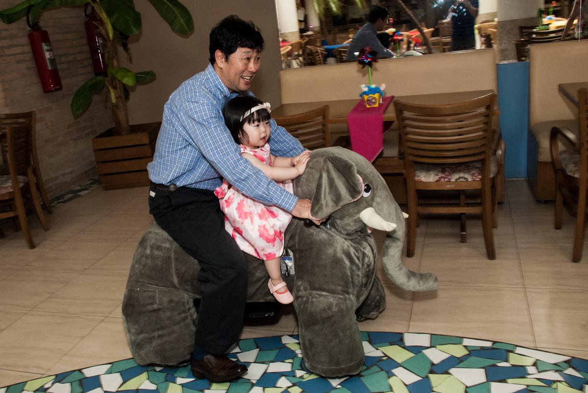 papai também brinca com o elefante no fotografia da família na mesa temática no Buffet Viva Vida, Butantã, São Paulo, aniversário de Julia Yumi, tema da festa Backardigans