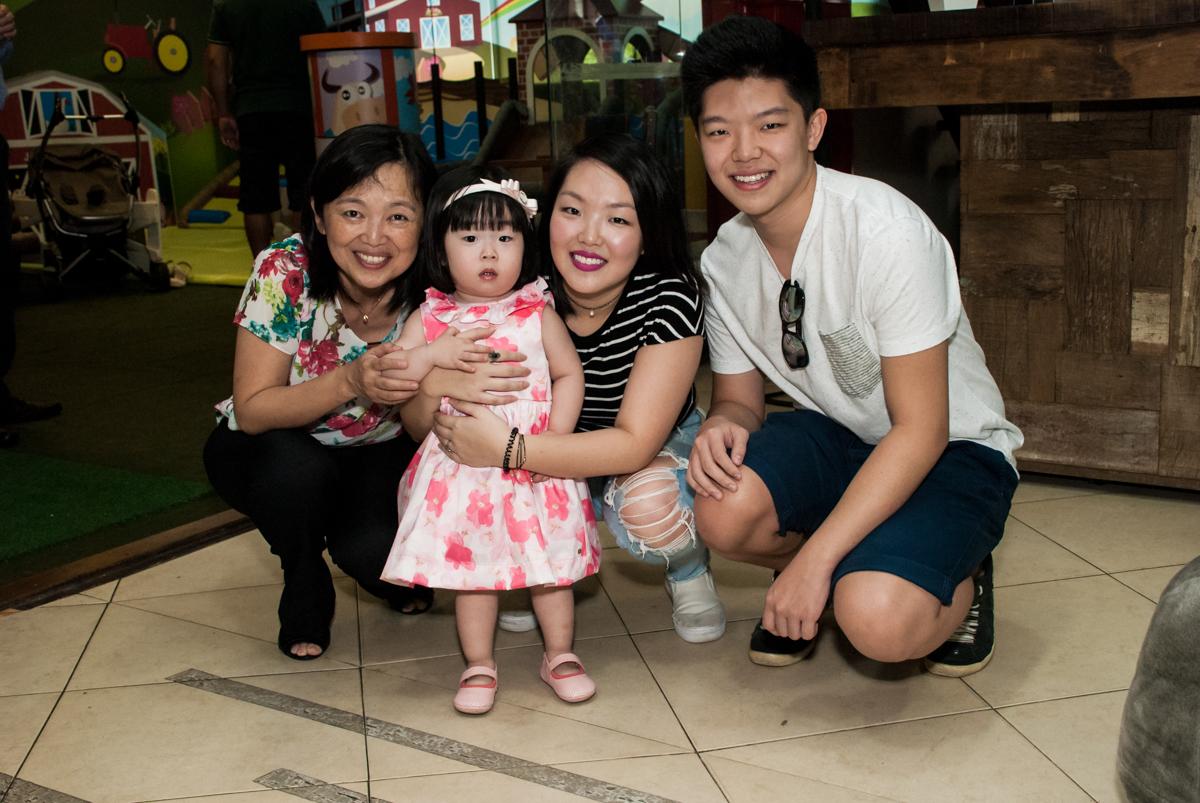 foto com os amigos no fotografia da família na mesa temática no Buffet Viva Vida, Butantã, São Paulo, aniversário de Julia Yumi, tema da festa Backardigans