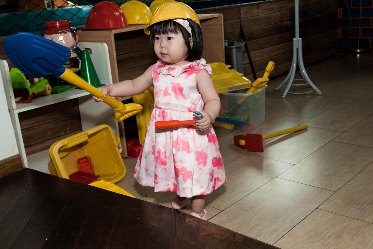 trabalhando na construção no fotografia da família na mesa temática no Buffet Viva Vida, Butantã, São Paulo, aniversário de Julia Yumi, tema da festa Backardigans