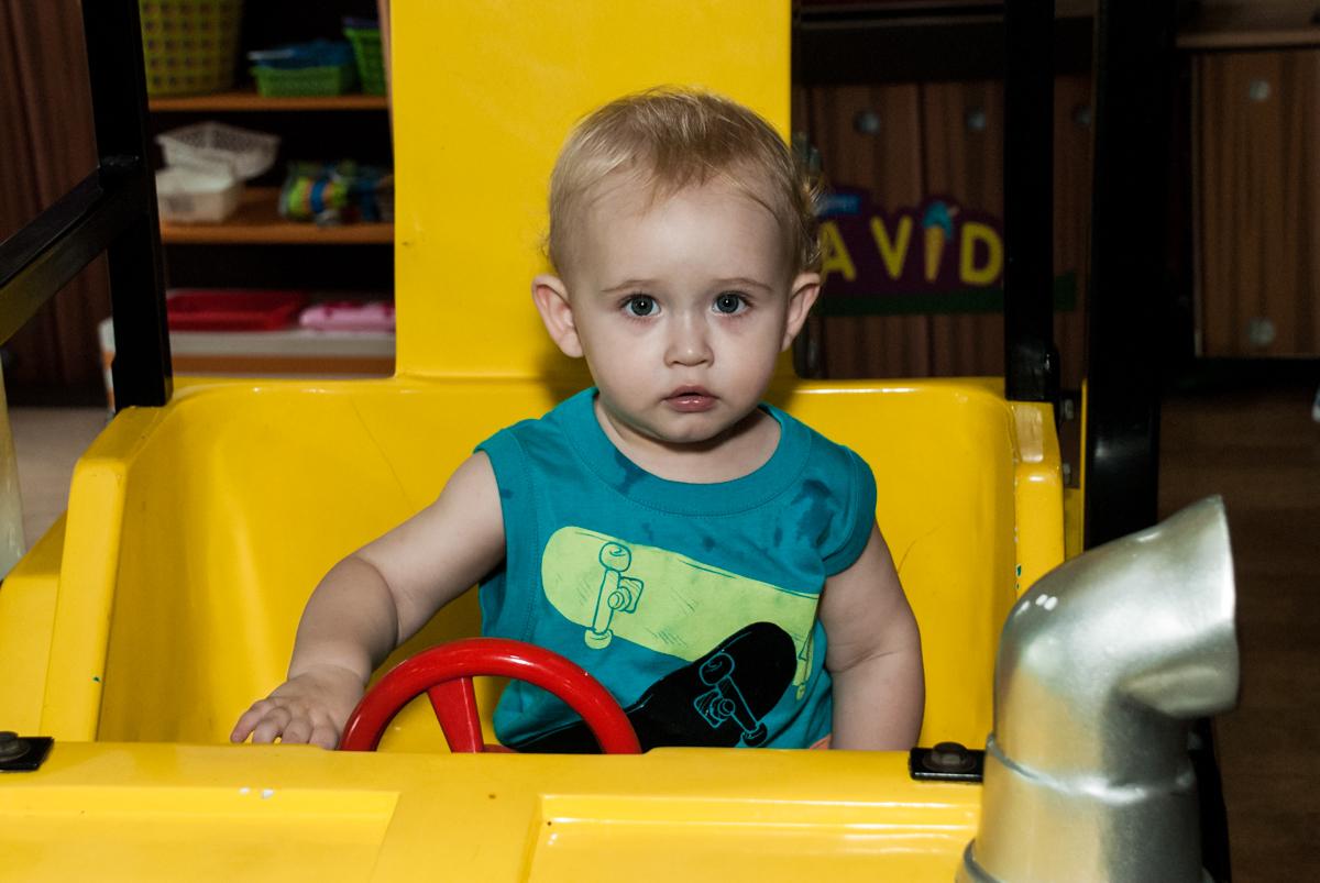 bebê também brinca no carrinho no fotografia da família na mesa temática no Buffet Viva Vida, Butantã, São Paulo, aniversário de Julia Yumi, tema da festa Backardigans