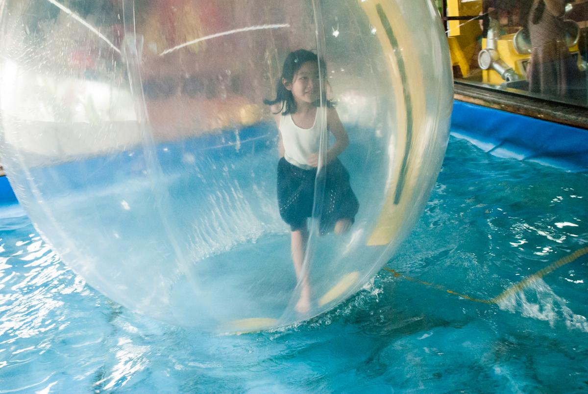 bola aquatica animada no fotografia da família na mesa temática no Buffet Viva Vida, Butantã, São Paulo, aniversário de Julia Yumi, tema da festa Backardigans