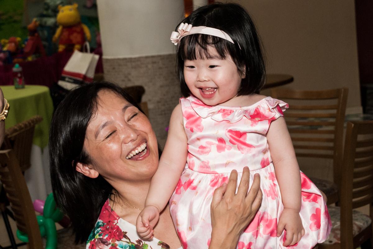 rindo muito com a mamãe no fotografia da família na mesa temática no Buffet Viva Vida, Butantã, São Paulo, aniversário de Julia Yumi, tema da festa Backardigans