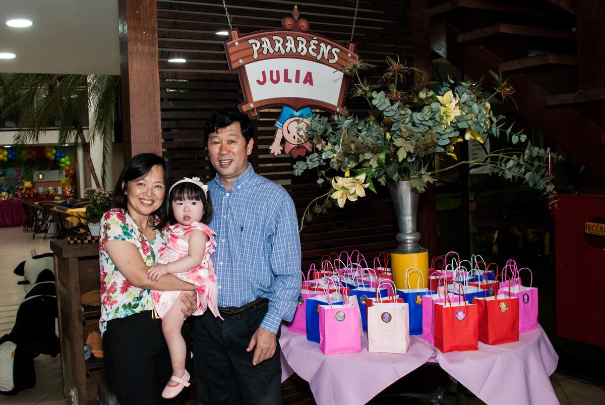fotografia da família arco de bexigas no Buffet Viva Vida, Butantã, São Paulo, aniversário de Julia Yumi, tema da festa Backardigans