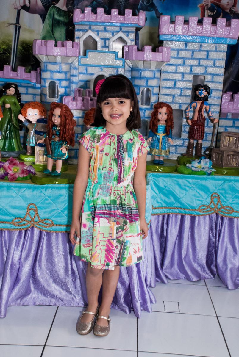 posando para foto no Buffet Magic Joy, Saúde, São Paulo, aniversário de Beatriz e Marina, tema da festa Valente