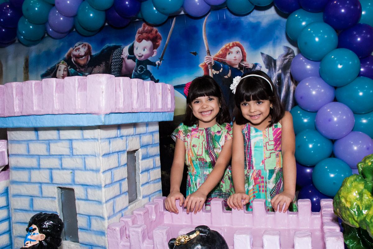 as gêmeas posam para a foto no Buffet Magic Joy, Saúde, São Paulo, aniversário de Beatriz e Marina, tema da festa Valente