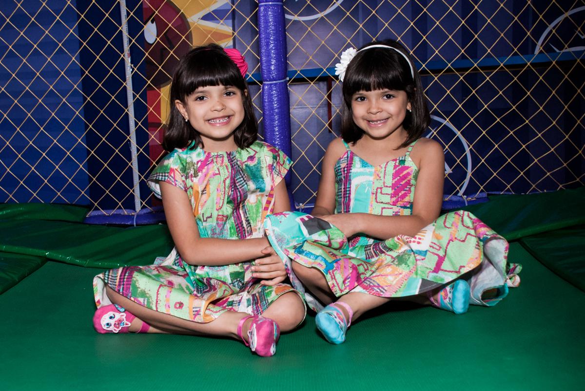 sentadas para fazer a foto no Buffet Magic Joy, Saúde, São Paulo, aniversário de Beatriz e Marina, tema da festa Valente