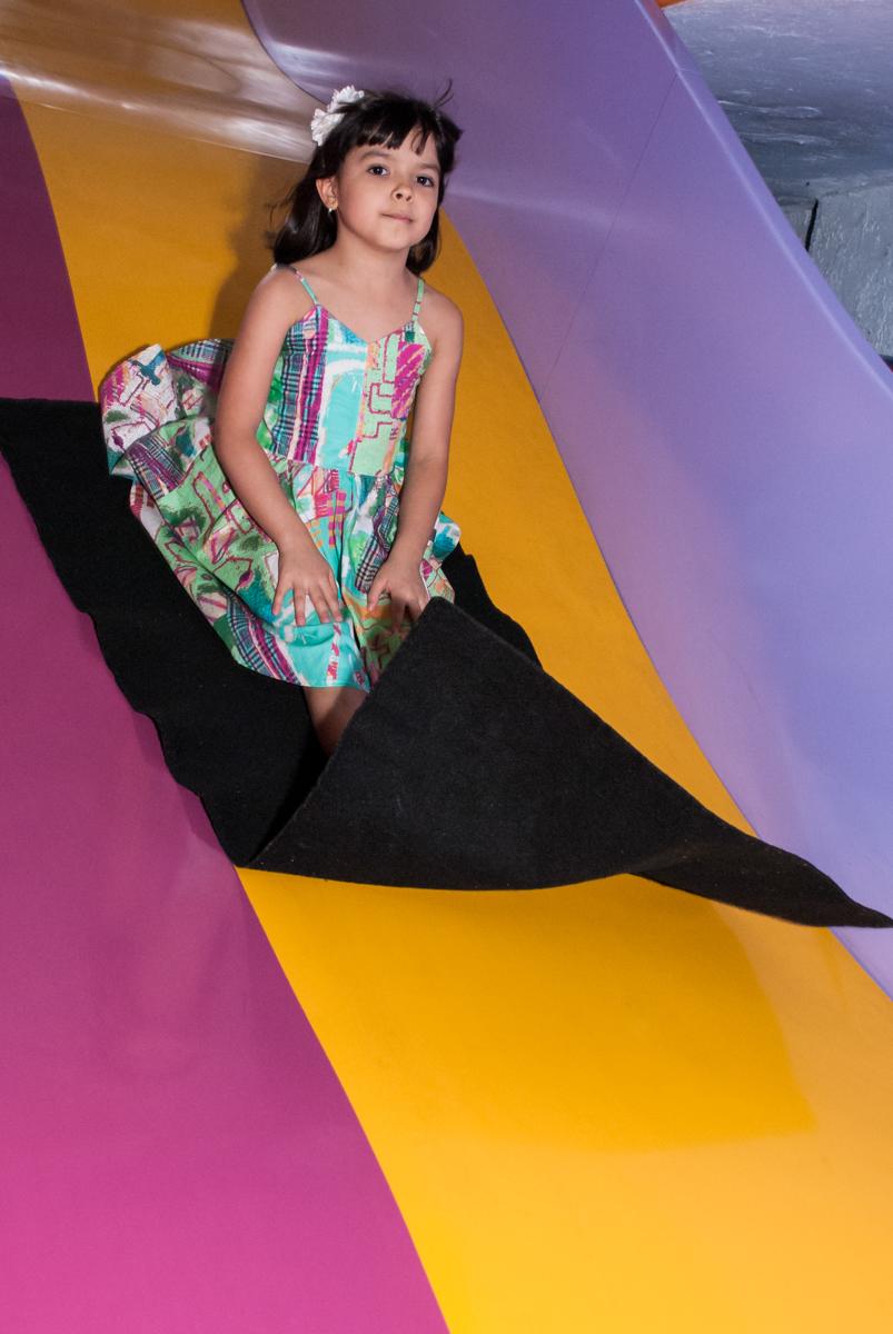 mais diversão no tobogã no Buffet Magic Joy, Saúde, São Paulo, aniversário de Beatriz e Marina, tema da festa Valente