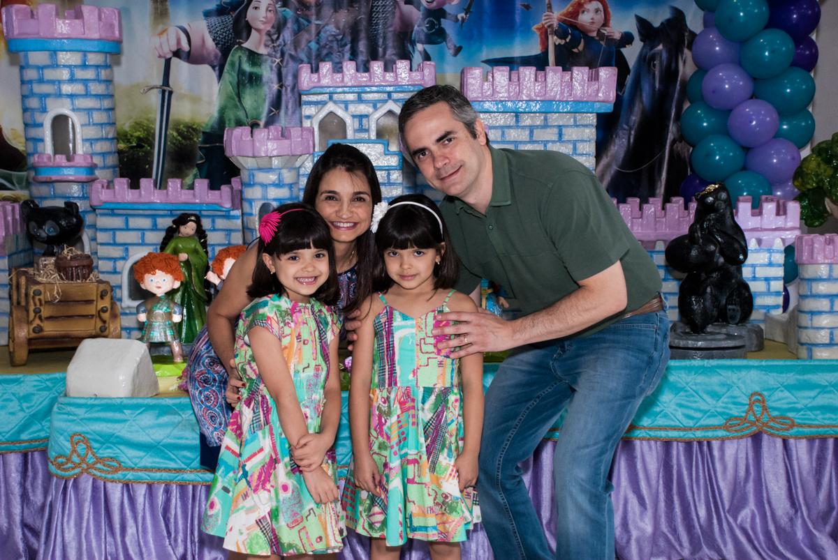 fotografia da família no Buffet Magic Joy, Saúde, São Paulo, aniversário de Beatriz e Marina, tema da festa Valente