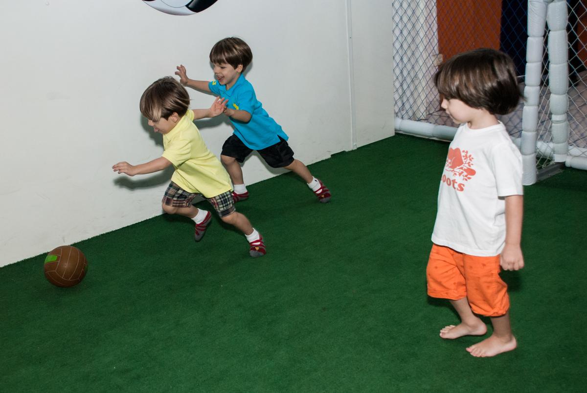 futebol divertido no Buffet Magic Joy, Saúde, São Paulo, aniversário de Beatriz e Marina, tema da festa Valente