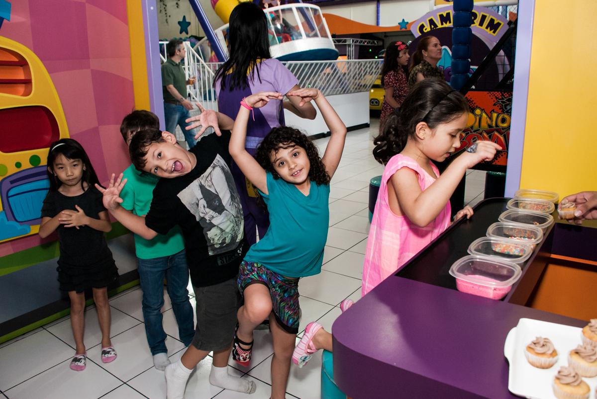 fila para preparar o cup cacke no Buffet Magic Joy, Saúde, São Paulo, aniversário de Beatriz e Marina, tema da festa Valente