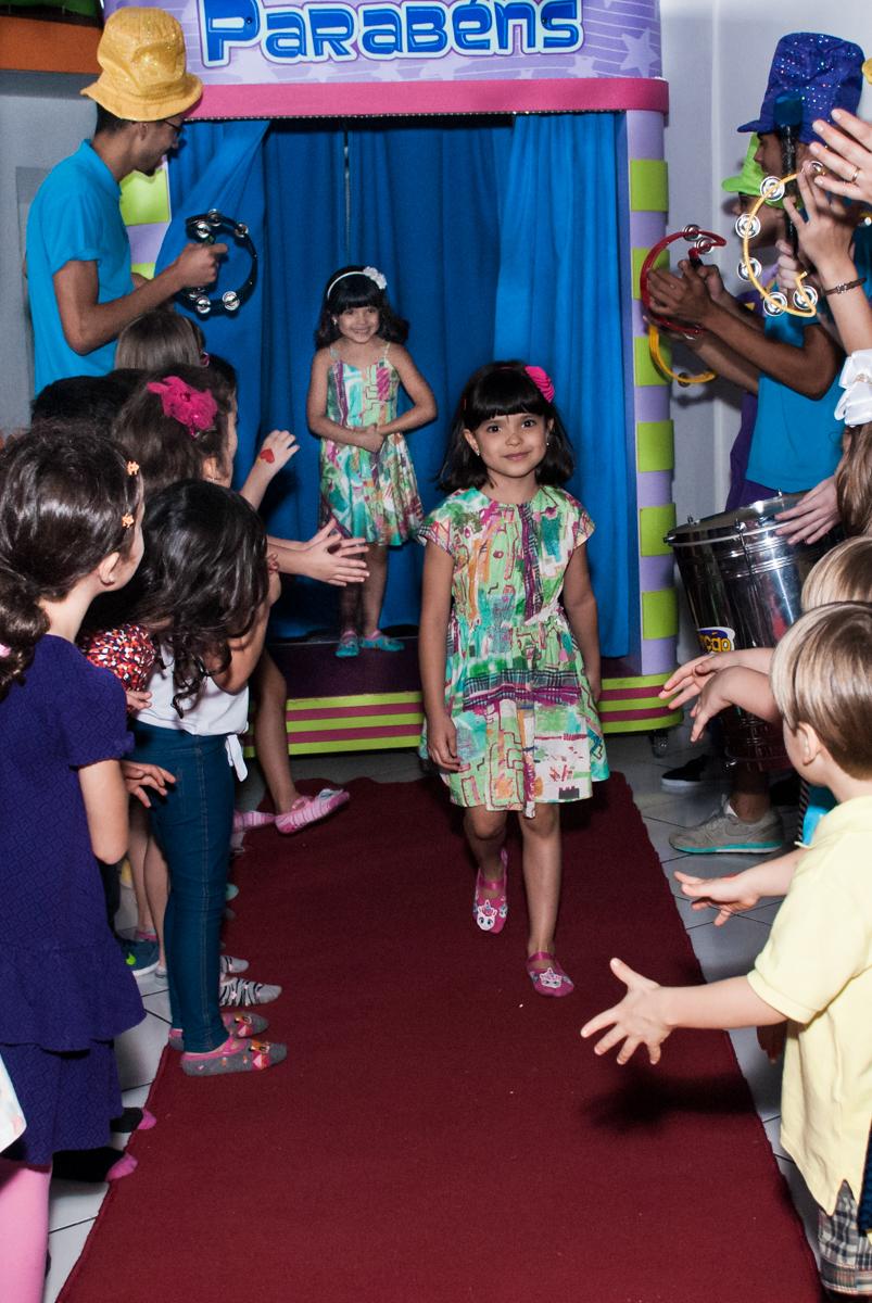 saindo da máquina do parabéns no Buffet Magic Joy, Saúde, São Paulo, aniversário de Beatriz e Marina, tema da festa Valente