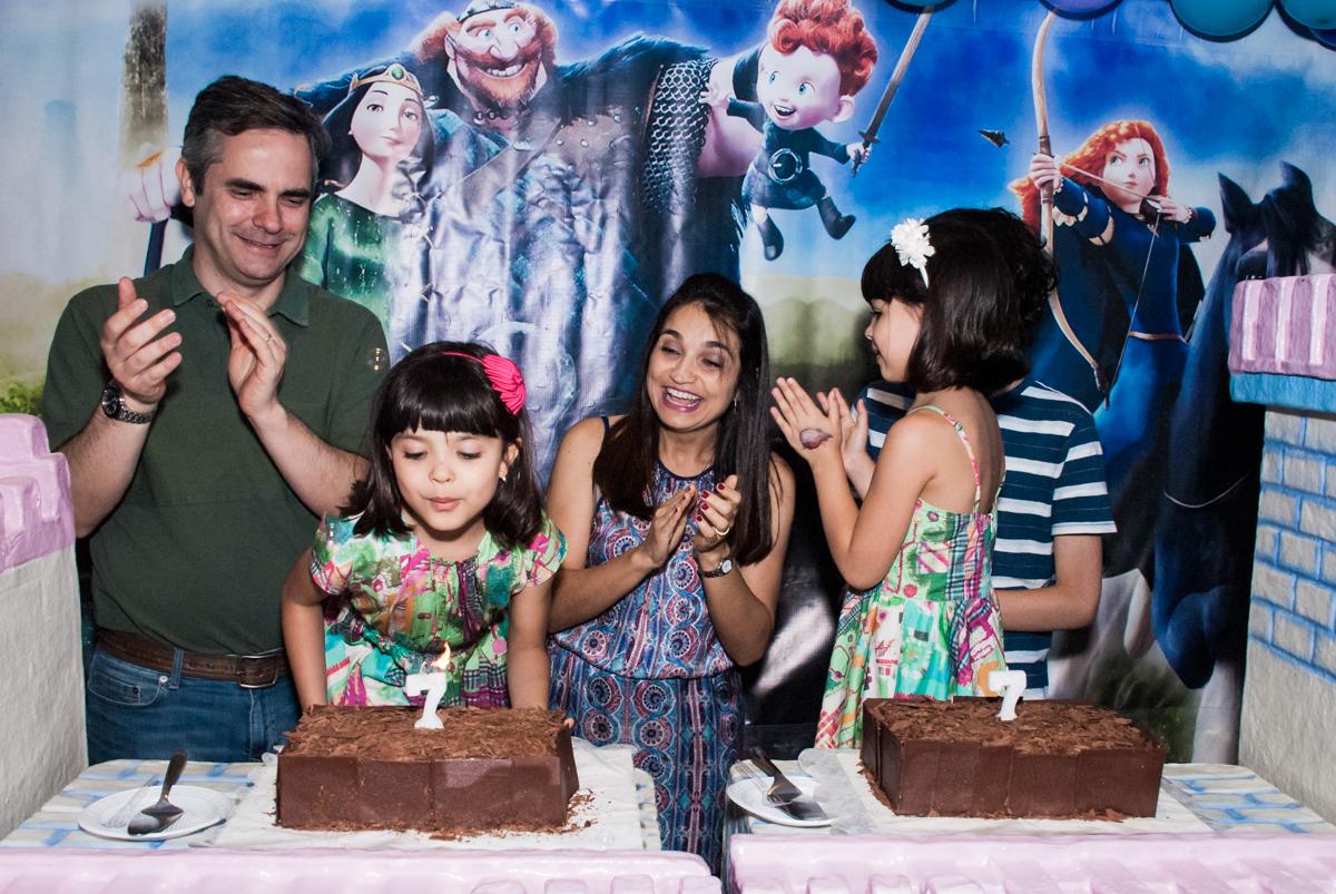Parabéns animado no Buffet Magic Joy, Saúde, São Paulo, aniversário de Beatriz e Marina, tema da festa Valente