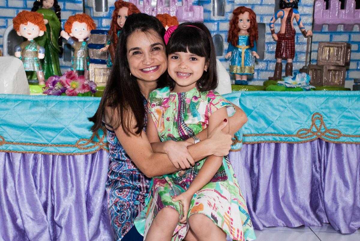 foto mãe e filha no Buffet Magic Joy, Saúde, São Paulo, aniversário de Beatriz e Marina, tema da festa Valente