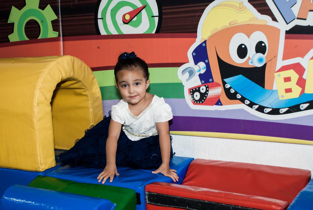 brincando na área baby no Buffet Fábrica da Alegria, Osasco, São Paulo, aniversário de Heloise 3 anos, tema da festa princesas baby