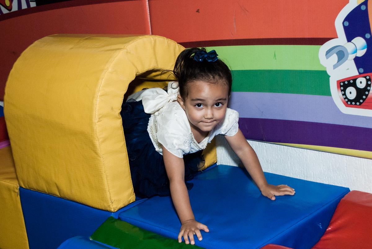 passando no túnel da área baby no Buffet Fábrica da Alegria, Osasco, São Paulo, aniversário de Heloise 3 anos, tema da festa princesas baby
