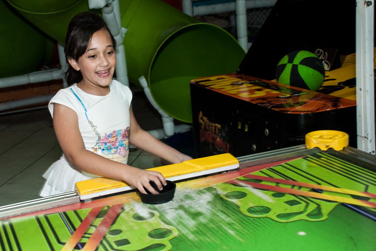 jogo de futebol divertido no Buffet Fábrica da Alegria, Osasco, São Paulo, aniversário de Heloise 3 anos, tema da festa princesas baby