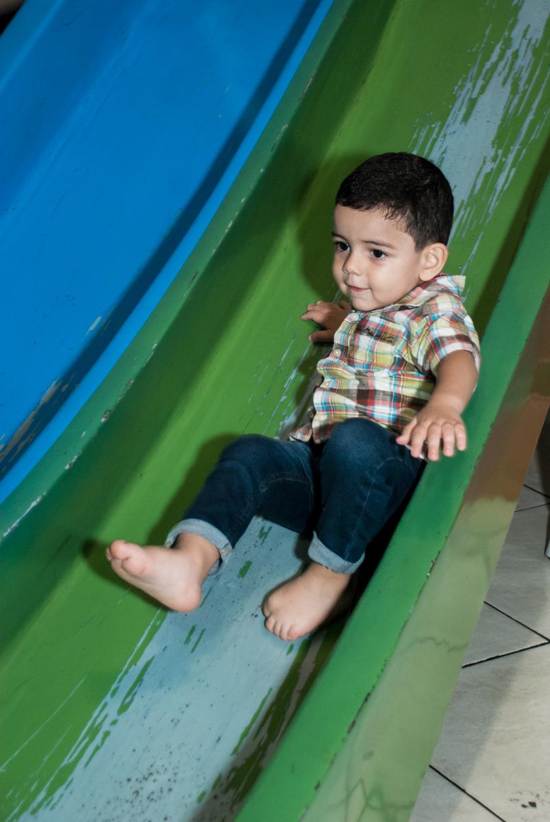 brincando no escorregador no Buffet Fábrica da Alegria, Osasco, São Paulo, aniversário de Heloise 3 anos, tema da festa princesas baby
