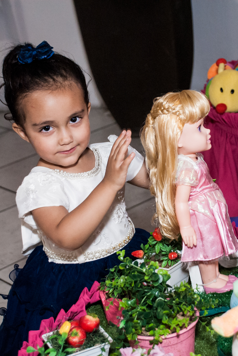 curtindo a mesa temática no Buffet Fábrica da Alegria, Osasco, São Paulo, aniversário de Heloise 3 anos, tema da festa princesas baby