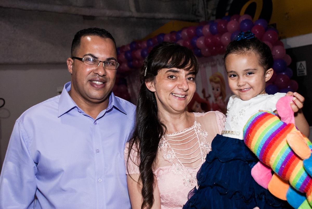 foto com os pais no Buffet Fábrica da Alegria, Osasco, São Paulo, aniversário de Heloise 3 anos, tema da festa princesas baby