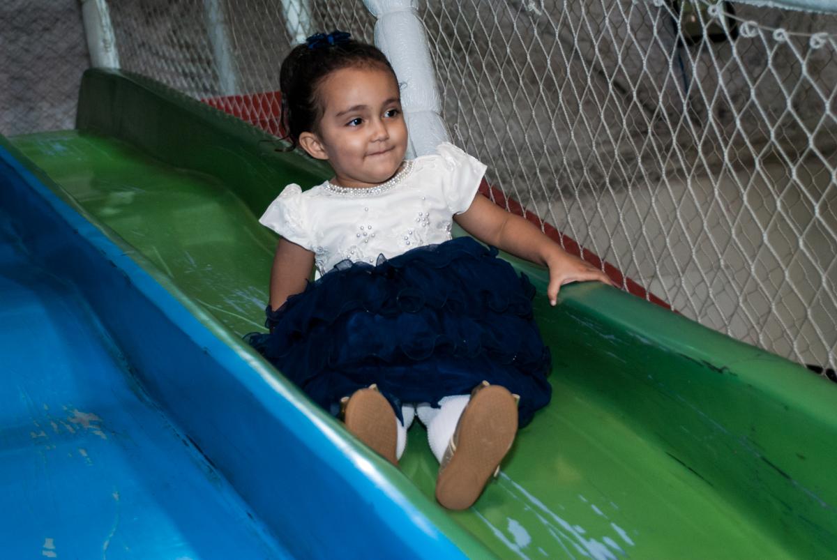 se divertindo no escorregador no Buffet Fábrica da Alegria, Osasco, São Paulo, aniversário de Heloise 3 anos, tema da festa princesas baby