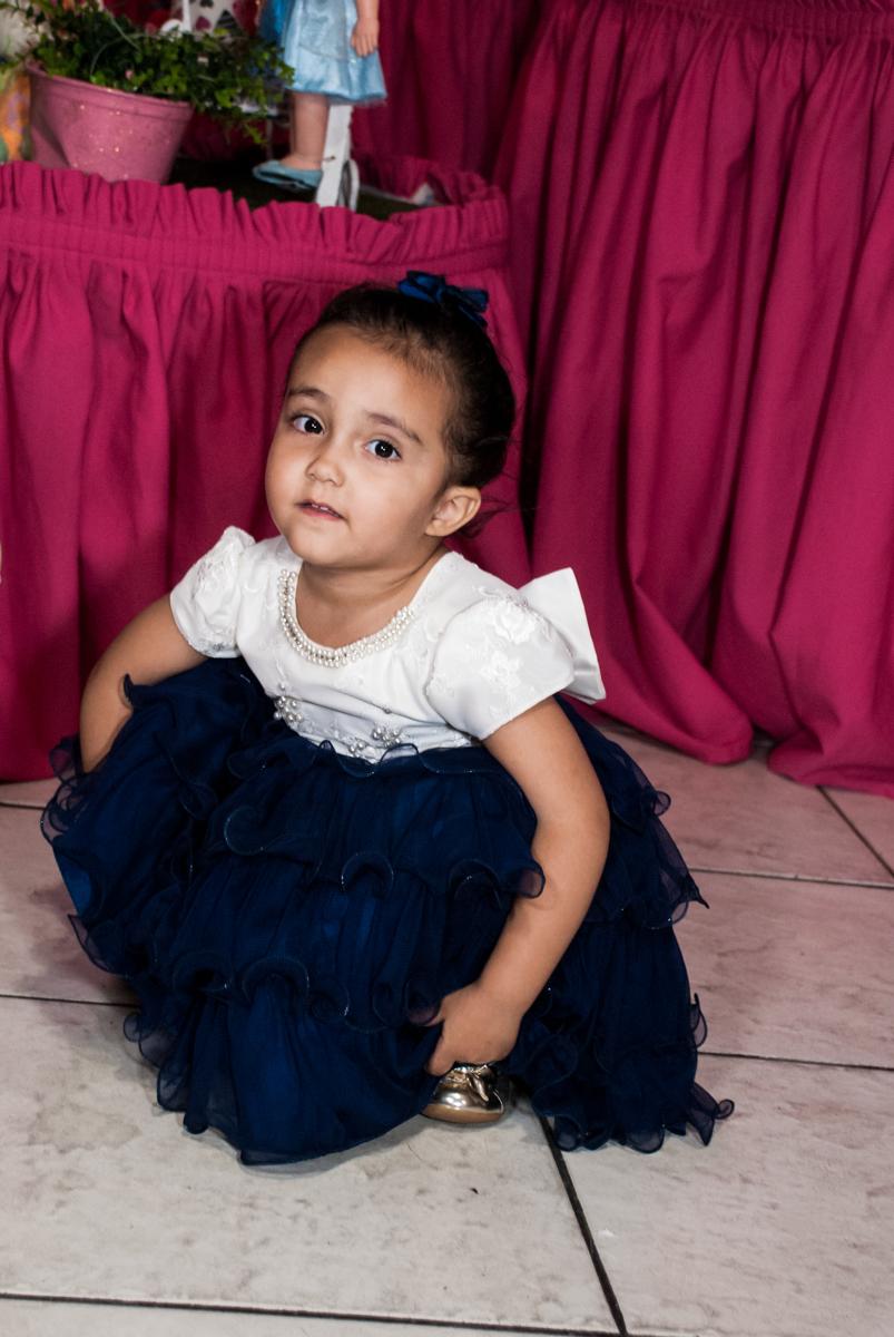 brincando no salão no Buffet Fábrica da Alegria, Osasco, São Paulo, aniversário de Heloise 3 anos, tema da festa princesas baby