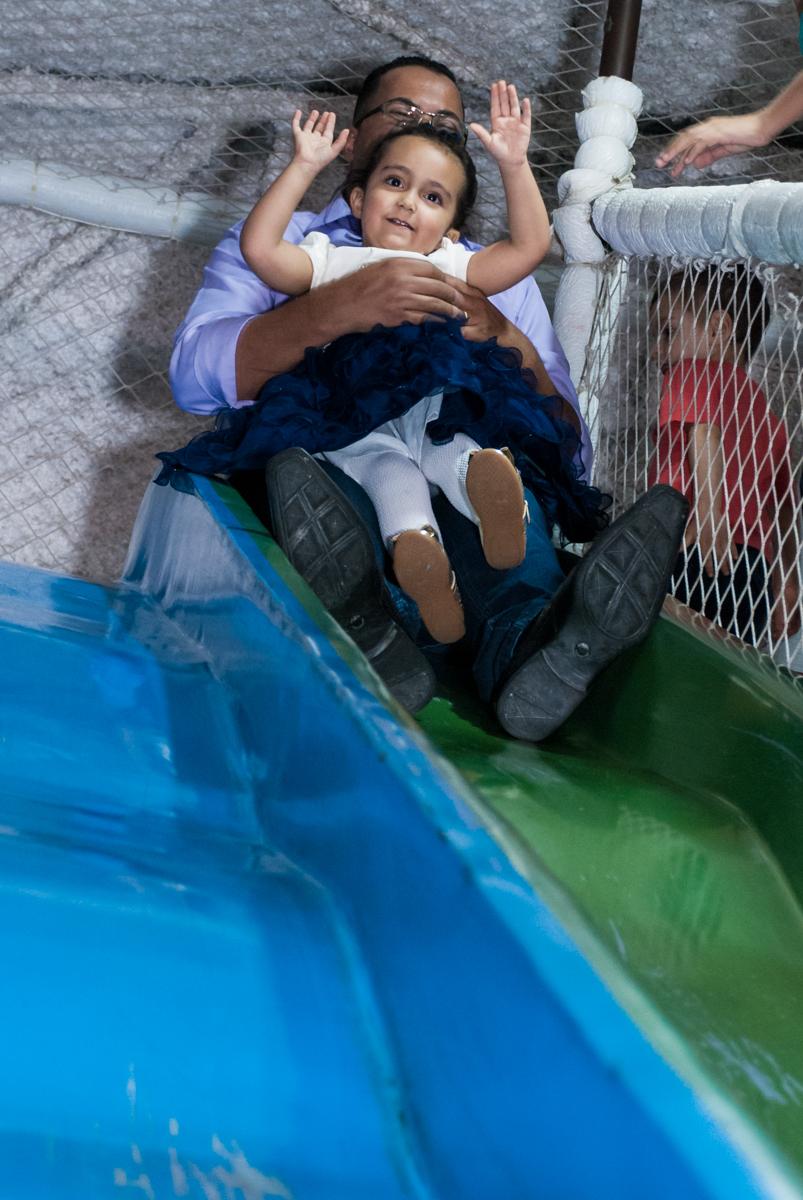 escorregando com o papai no Buffet Fábrica da Alegria, Osasco, São Paulo, aniversário de Heloise 3 anos, tema da festa princesas baby