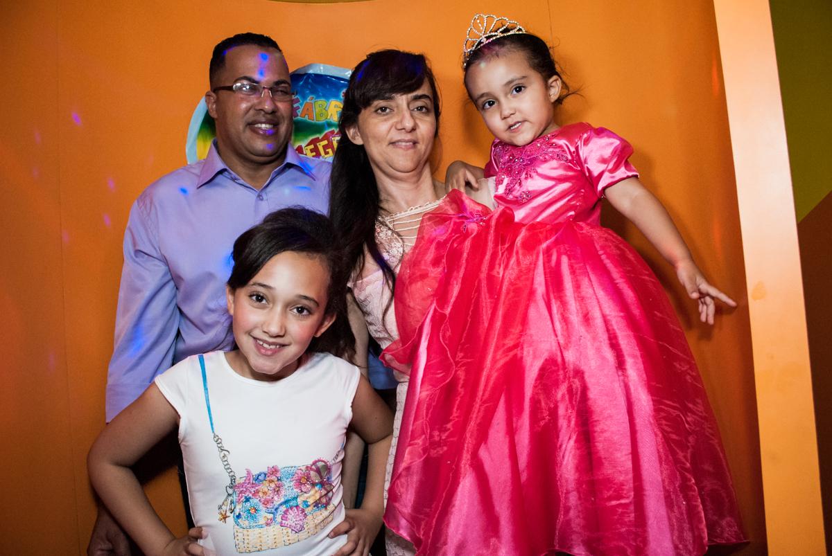 saindo da máquina do parabéns no Buffet Fábrica da Alegria, Osasco, São Paulo, aniversário de Heloise 3 anos, tema da festa princesas baby