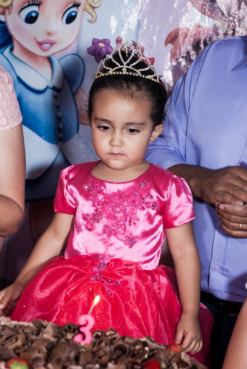 aniversariante adora a hora do parabéns no Buffet Fábrica da Alegria, Osasco, São Paulo, aniversário de Heloise 3 anos, tema da festa princesas baby