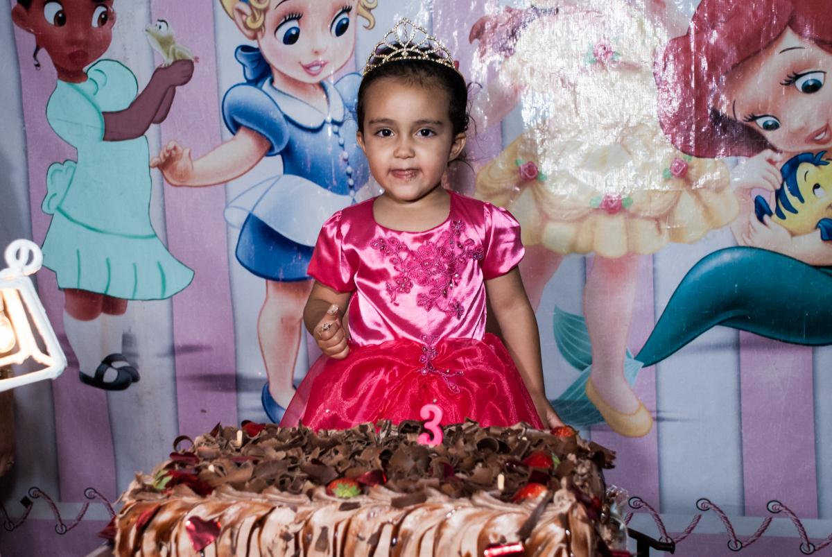 cortando o primeiro pedaço de bolo no Buffet Fábrica da Alegria, Osasco, São Paulo, aniversário de Heloise 3 anos, tema da festa princesas baby