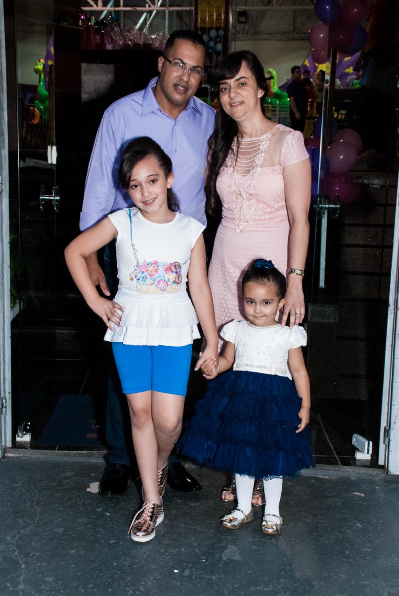 fotografia da família no arco de bexigas no Buffet Fábrica da Alegria, Osasco, São Paulo, aniversário de Heloise 3 anos, tema da festa princesas baby