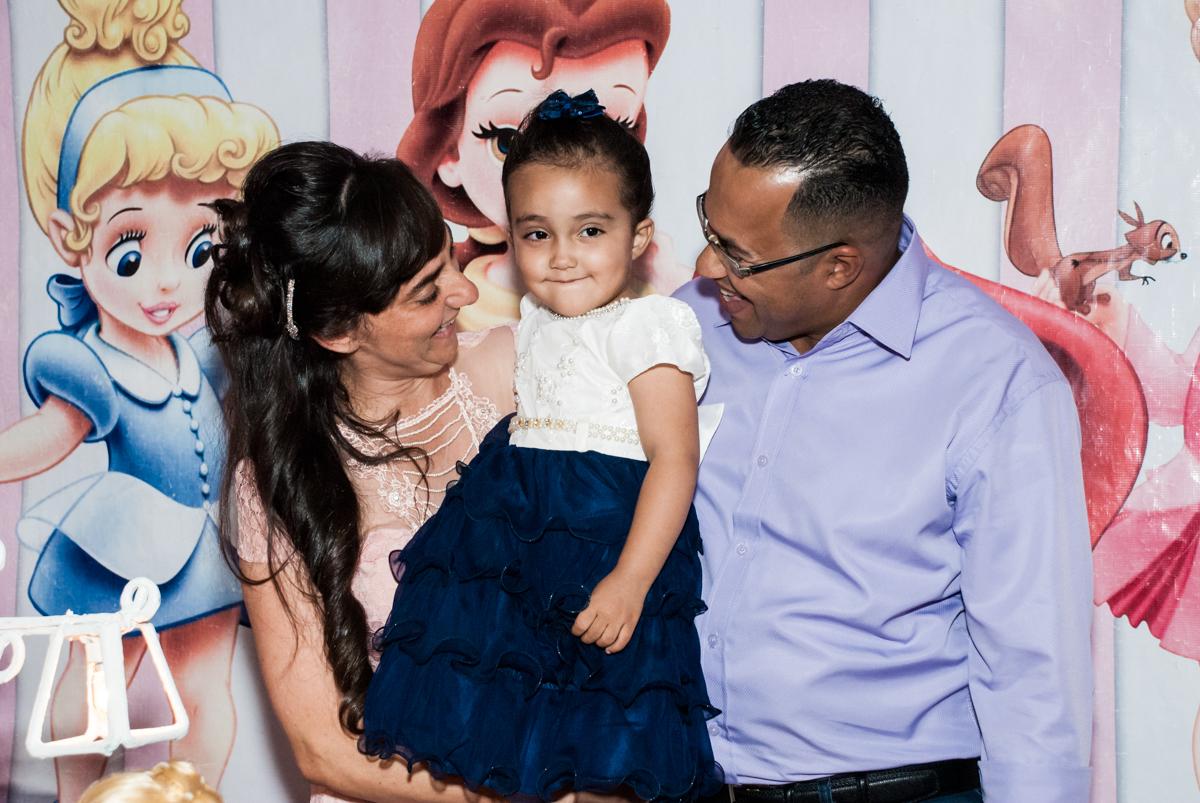 foto da aniversariante com os pais no Buffet Fábrica da Alegria, Osasco, São Paulo, aniversário de Heloise 3 anos, tema da festa princesas baby