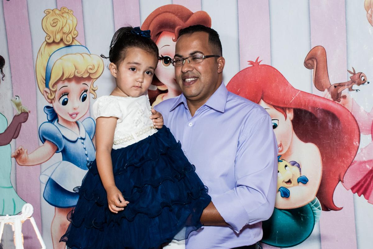foto pai e filha no Buffet Fábrica da Alegria, Osasco, São Paulo, aniversário de Heloise 3 anos, tema da festa princesas baby