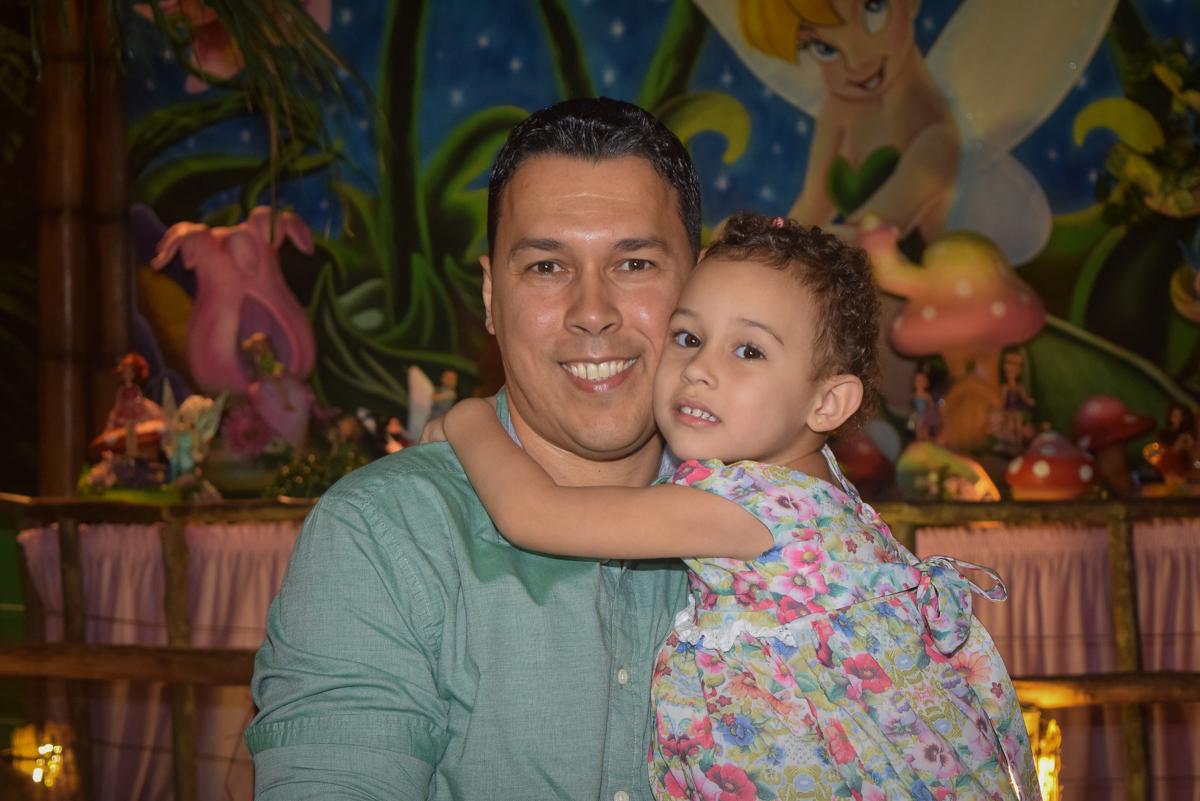 foto pai e filha no Buffet Cumbaya, Tatuapé, São Paulo, aniversário de Gabriela 3 anos tema da festa fadas