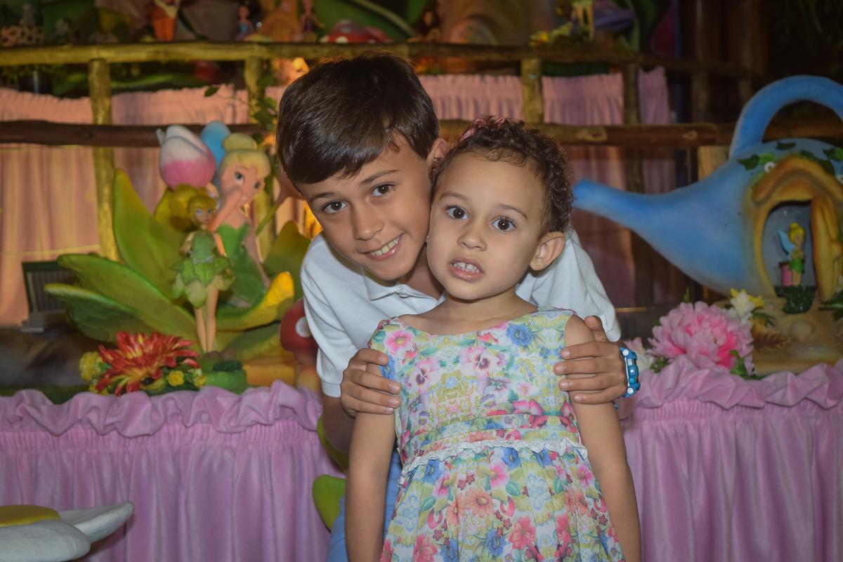 foto com o irmão no Buffet Cumbaya, Tatuapé, São Paulo, aniversário de Gabriela 3 anos tema da festa fadas