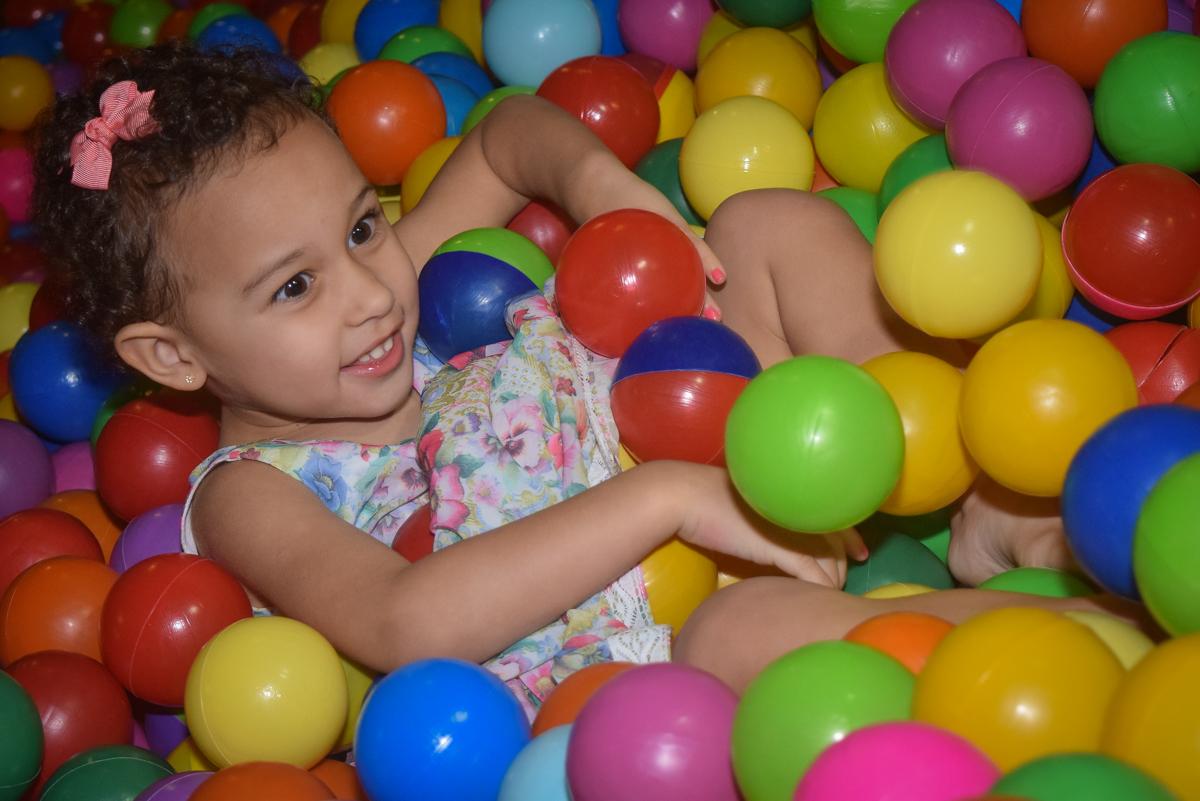 piscina de bolinhas divertida no Buffet Cumbaya, Tatuapé, São Paulo, aniversário de Gabriela 3 anos tema da festa fadas